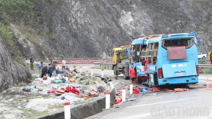 Đến khoảng 10h cùng ngày, chiếc xe gặp nạn đã được cẩu gọn về một bên đường để đảm bảo giao thông trên tuyến.