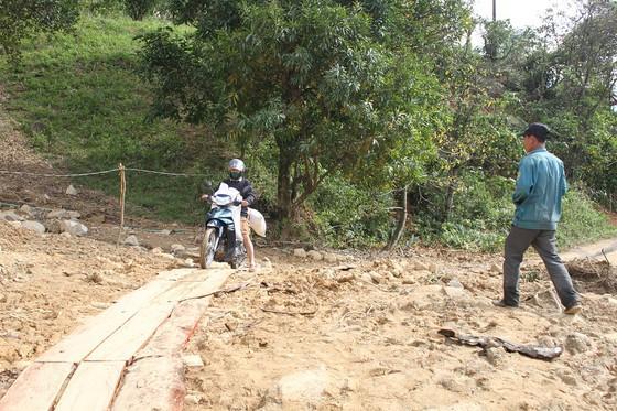 Người dân xã Hướng Sơn phải làm đường tạm để đi lại qua các điểm sạt lở