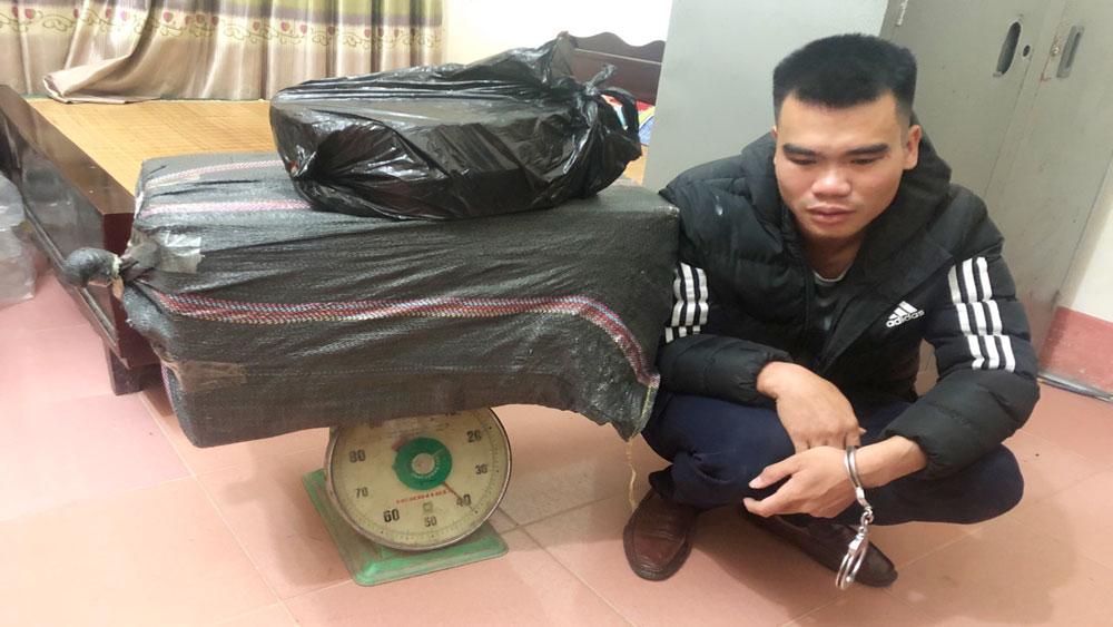 Đối tượng Phạm Duy Tú cùng gần 40 kg pháo nổ bị công an bắt giữ.