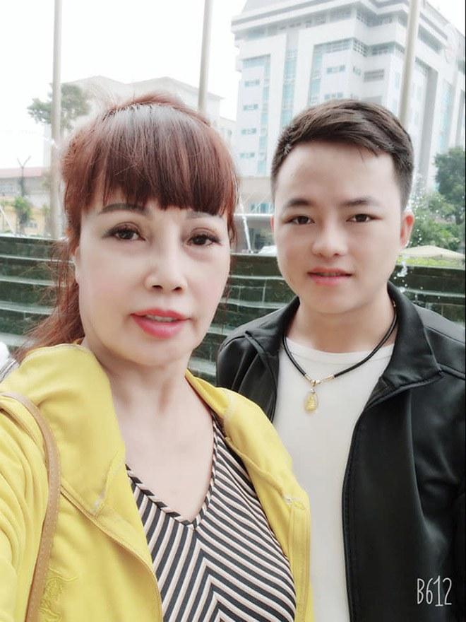 Cô dâu Thu Sao và chồng trẻ Hoa Cương.
