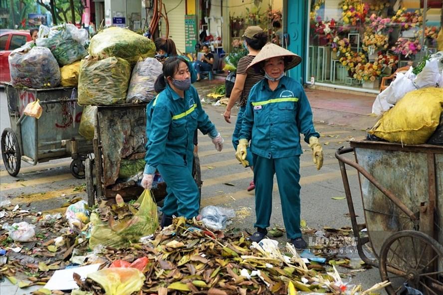 Rác thải ùn ứ ở phố Yên Phụ được phóng viên Lao Động ghi nhận. Ảnh: Tùng Giang.