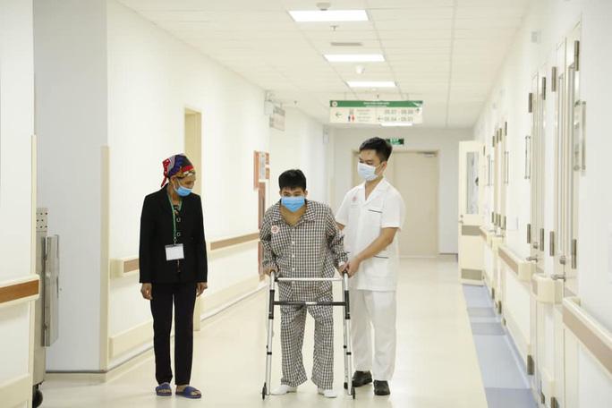 Bệnh nhân đang tập vận động sau phẫu thuật.