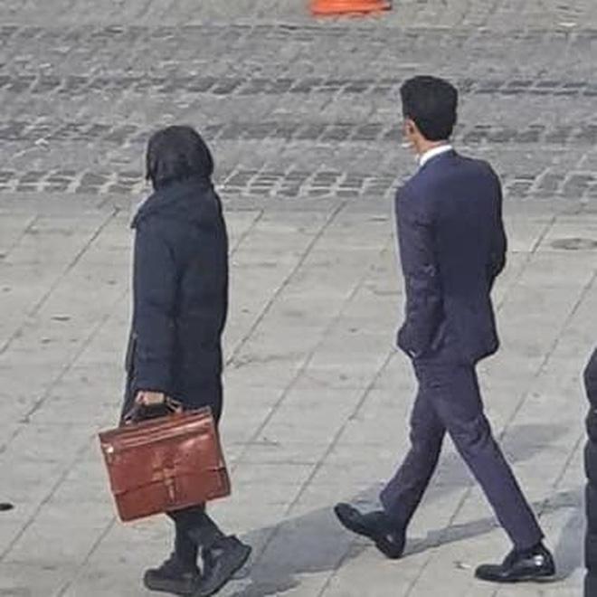 Song Joong Ki xuất hiện cùng người phụ nữ lạ mặt...
