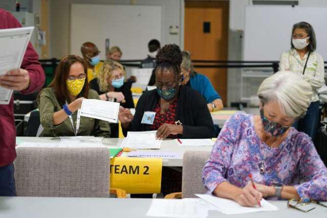 Nhân viên kiểm lại phiếu ở hạt Gwinnett, bang Georgia hôm 13/11. Ảnh: The New York Time.