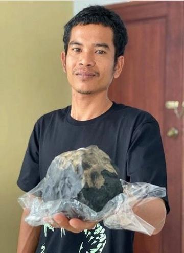 Josua Hutagalung và tảng thiên thạch rơi trúng nhà.