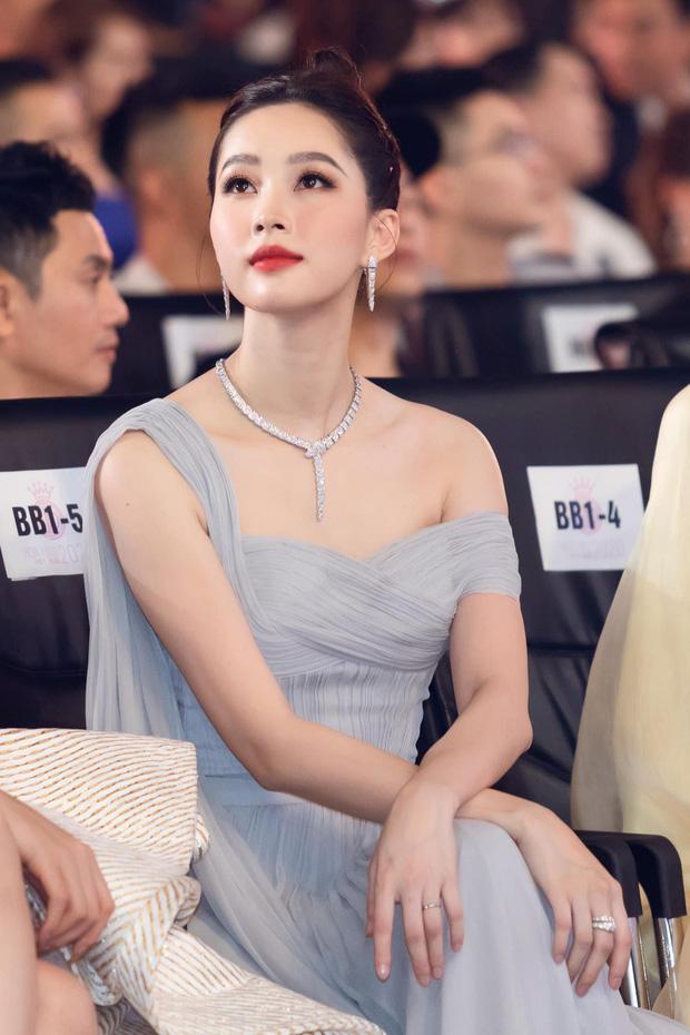 Hoa hậu Đặng Thu Thảo nổi bần bật ở 1 góc khán đài.