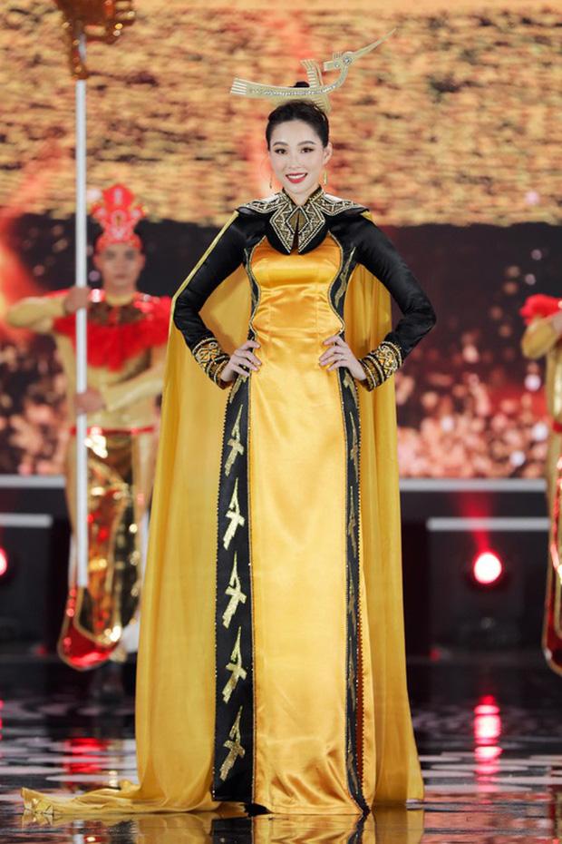 Lâu lắm mới đi catwalk, nhưng Hoa hậu Đặng Thu Thảo vẫn khá chuyên nghiệp và đầy cuốn hút.