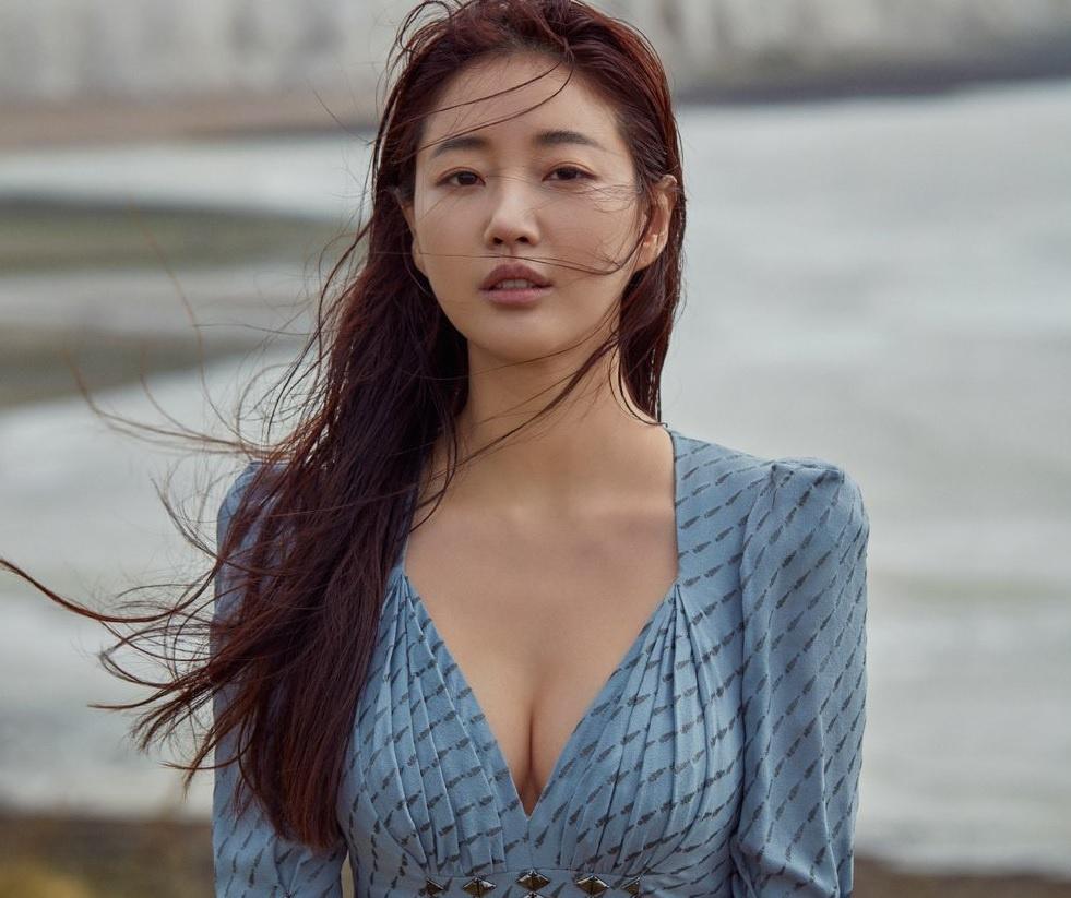 Mỹ nhân 42 tuổi từng bị đồn lên xe hoa cùng cầu thủ nổi tiếng Park Ji Sung. Ảnh: Singles.