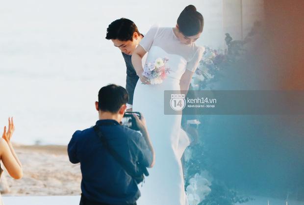 Công Phượng chăm sóc Viên Minh trong suốt lễ cưới.