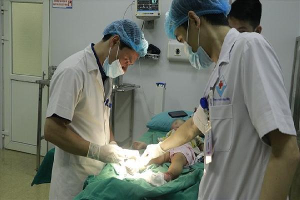 Đắp thuốc nam chữa bỏng, hai bàn chân bé trai bị nhiễm trùng nặng