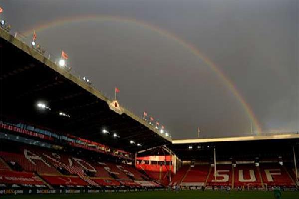 Premier League đón khán giả trở lại, các CLB nguy cơ lỗ nặng