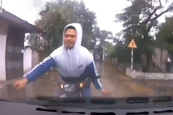 Clip: Đâm trực diện ôtô, thanh niên đẩy tài xế vào tình cảnh 'chạy đâu cho thoát'