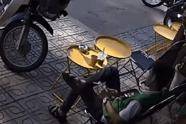 Ngồi quán nước hút thuốc, người đàn ông bị ôtô tông bẹp dúm, tài xế bước xuống gây bất ngờ