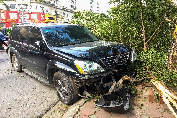 Xe Lexus nổ lốp sau vụ tai nạn ở Hà Nội