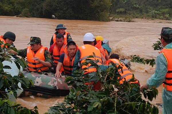 Nghẹt thở tìm kiếm 2 du khách TP.HCM bị nước lũ cuốn trôi ở Lâm Đồng