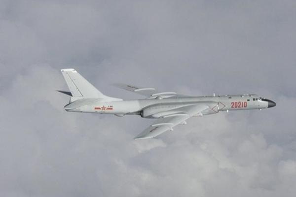 Phi cơ ném bom Trung Quốc lộ điểm yếu khi tuần tra chung với Nga