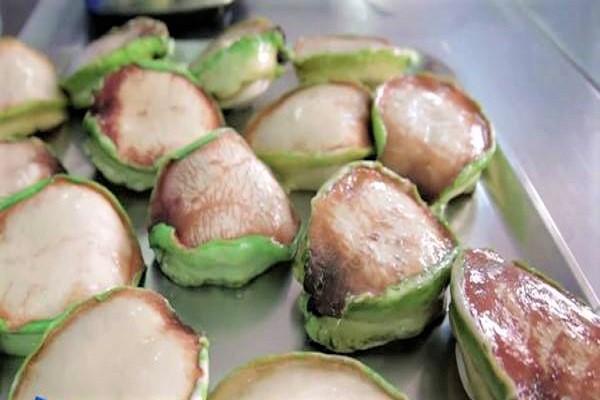 Bào ngư viền xanh tươi có giá bán đắt đỏ vì giá trị dinh dưỡng cao.