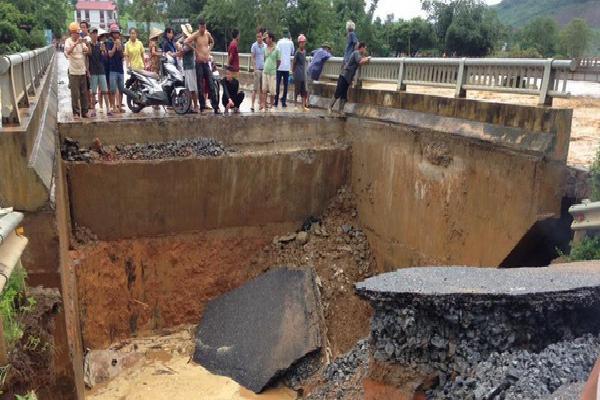 Mưa lũ khiến cầu ở Phú Thọ gãy nhịp, Yên Bái có hơn 10 người chết