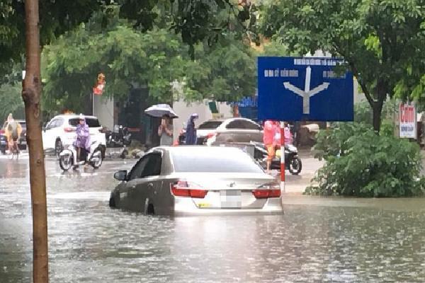 Xe cộ chết máy hàng loạt trong mưa lớn ở Hà Nội