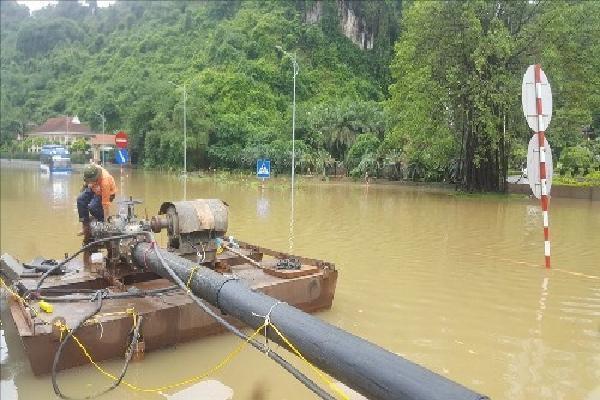 Quảng Ninh huy động máy bơm công suất lớn giải cứu quốc lộ 18A