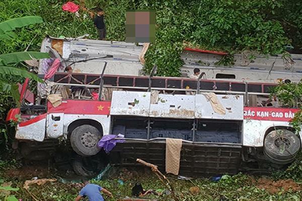 Xe khách giường nằm lao xuống vực, 3 người chết, 10 người bị thương nặng