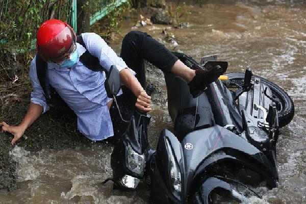 Nước ngập ở Hà Nội khiến nhiều xe rụng biển số, hỏng bugi