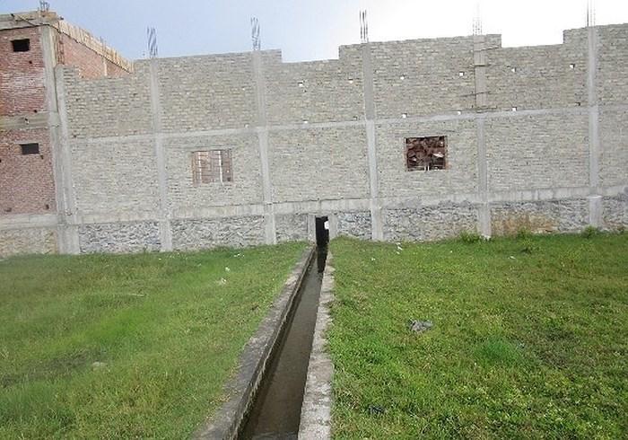 Công trình nhà ở hai tầng của ông Trần Xuân Hiếu đang được xây dựng với kết cấu vững chắc đè ngang trên kênh thoát nước của khu dân cư.