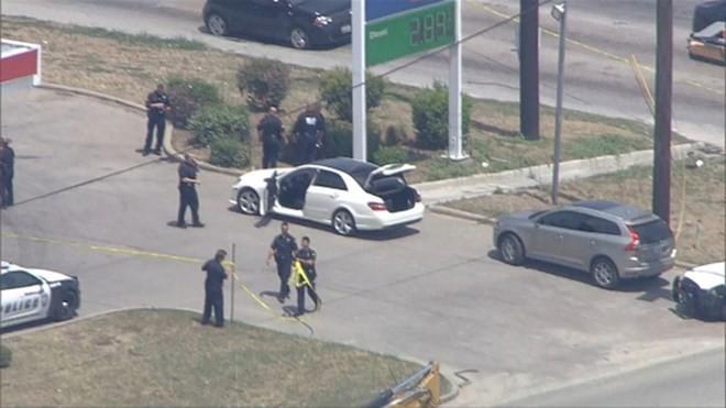 Mỹ: Xả súng trên đường phố Dallas, 2 hành khách đi Uber trúng đạn