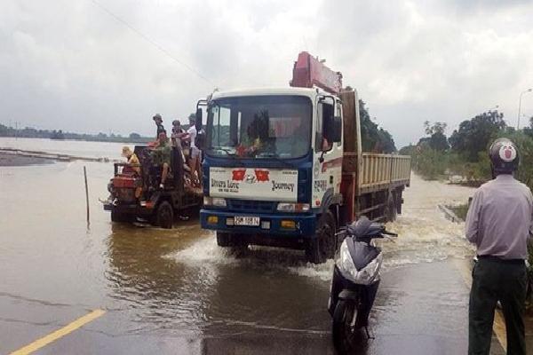 Đại lộ Thăng Long nhiều điểm vẫn ngập sâu, giao thông tê liệt