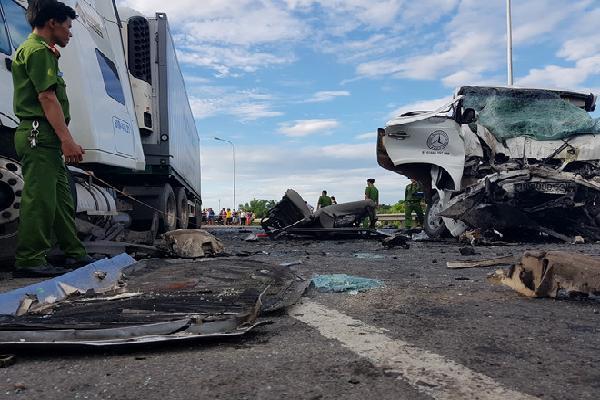 Ôtô rước dâu va chạm với xe đầu kéo, 13 người chết