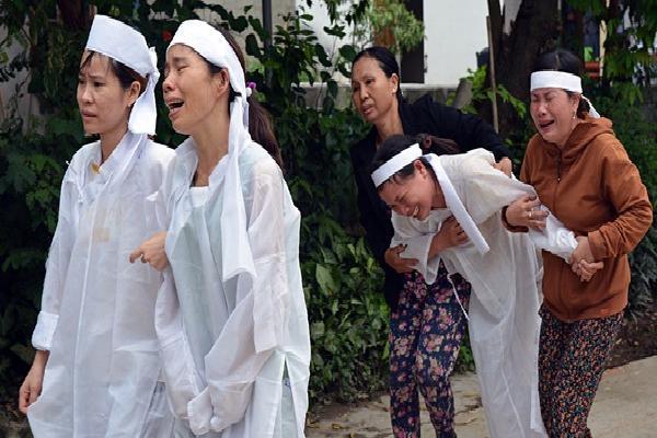 Đẫm nước mắt đại tang ở Lương Điền: Người thân bước đi không vững trong lễ yết tổ của 13 nạn nhân đoàn rước dâu