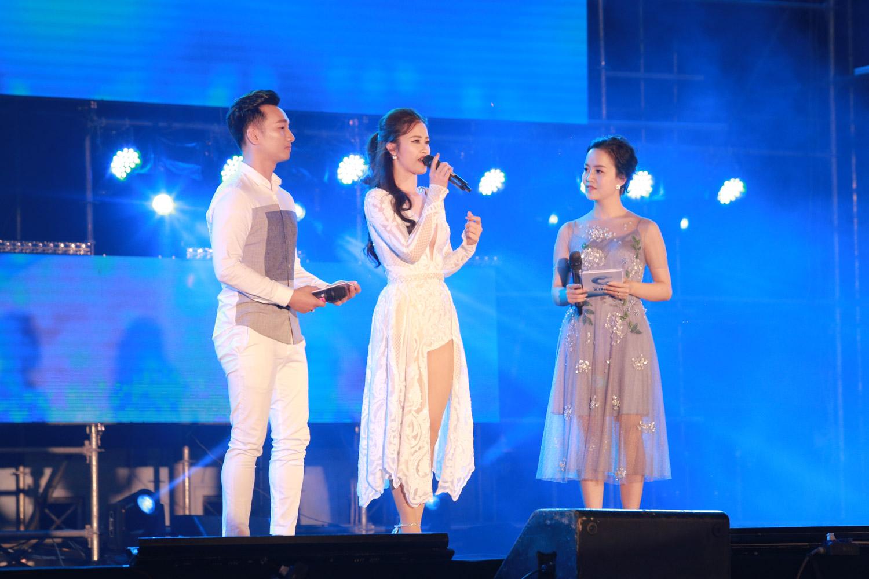 Đông Nhi khoe chân thon dài trong đêm nhạc ở xứ Nghệ