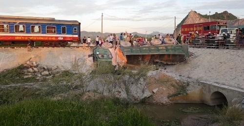 Xe chở đá bị hất văng khỏi đường ngang dân sinh. Ảnh: Lê Hoàng.