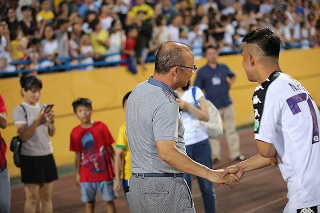 HLV Park Hang-seo xuống sân chúc mừng chủ nhà, bầu Hiển thưởng 'nóng' Hà Nội 500 triệu VNĐ