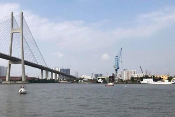Va chạm làm chìm sà lan trên sông Sài Gòn, 3 người nhảy sông thoát chết