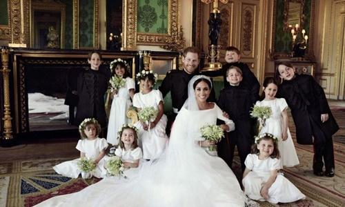 Vợ chồng Hoàng tử Harry bên các phù dâu, phù rể nhí. Ảnh: Kensington Palace.