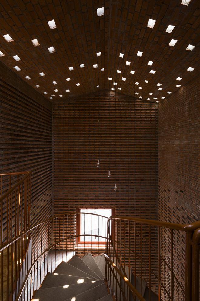 Nhìn bên ngoài là bức tường gạch trần trụi nhưng bên trong là cả một kiệt tác kiến trúc - Ảnh 6.