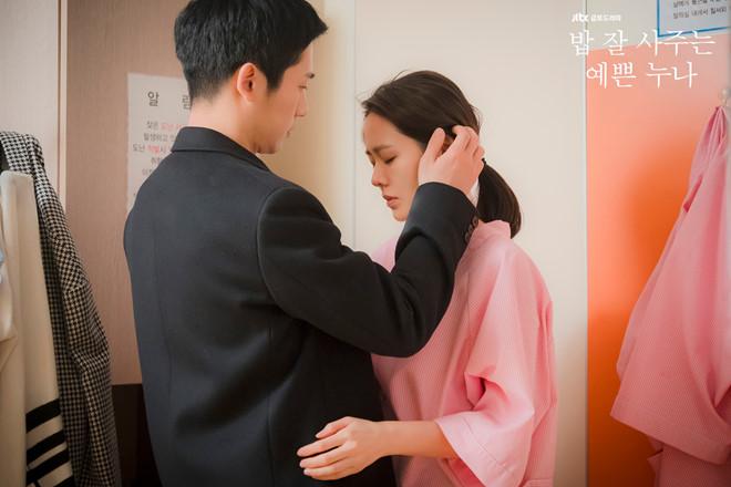 Lộ cảnh Son Ye Jin và Jung Hae In mải ôm ấp cười đùa tình tứ ở hậu trường khiến bạn diễn phải ngượng ngùng quay đi