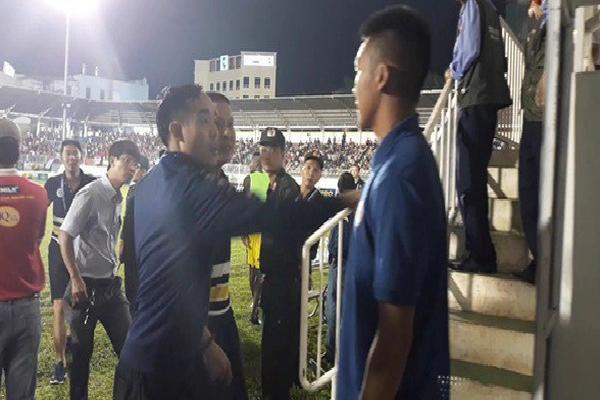 Bị CĐV chủ nhà tiếp cận, HLV Chu Đình Nghiêm hô: 'Mày định đánh tao à?'
