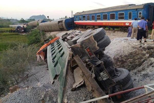 Kinh hoàng: Lật 8 toa tàu hoả, 2 người chết nhiều người bị thương