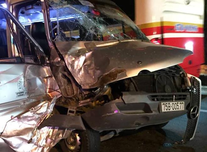 Xe khách húc ôtô tải khiến 4 người bị thương, hầm Hải Vân kẹt cứng