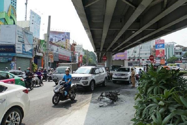 Châm lửa đốt xe máy trước mặt CSGT ở cửa ngõ Tân Sơn Nhất