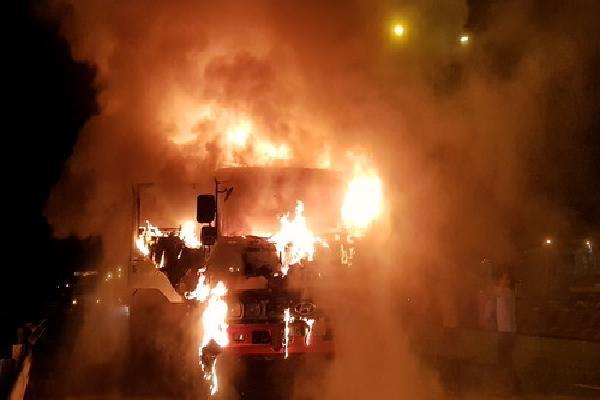 3 người nhảy khỏi xe tải bốc cháy trong đêm