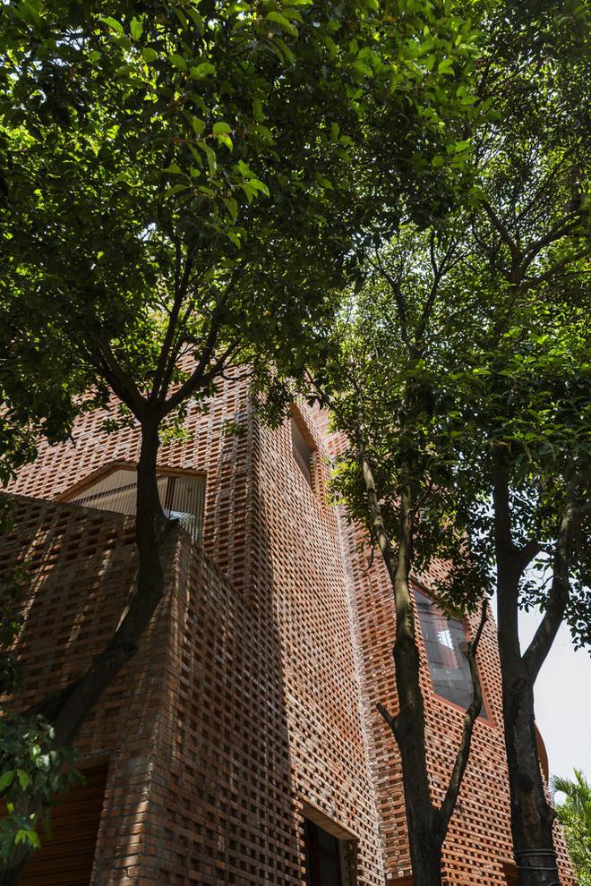 Nhìn bên ngoài là bức tường gạch trần trụi nhưng bên trong là cả một kiệt tác kiến trúc - Ảnh 10.