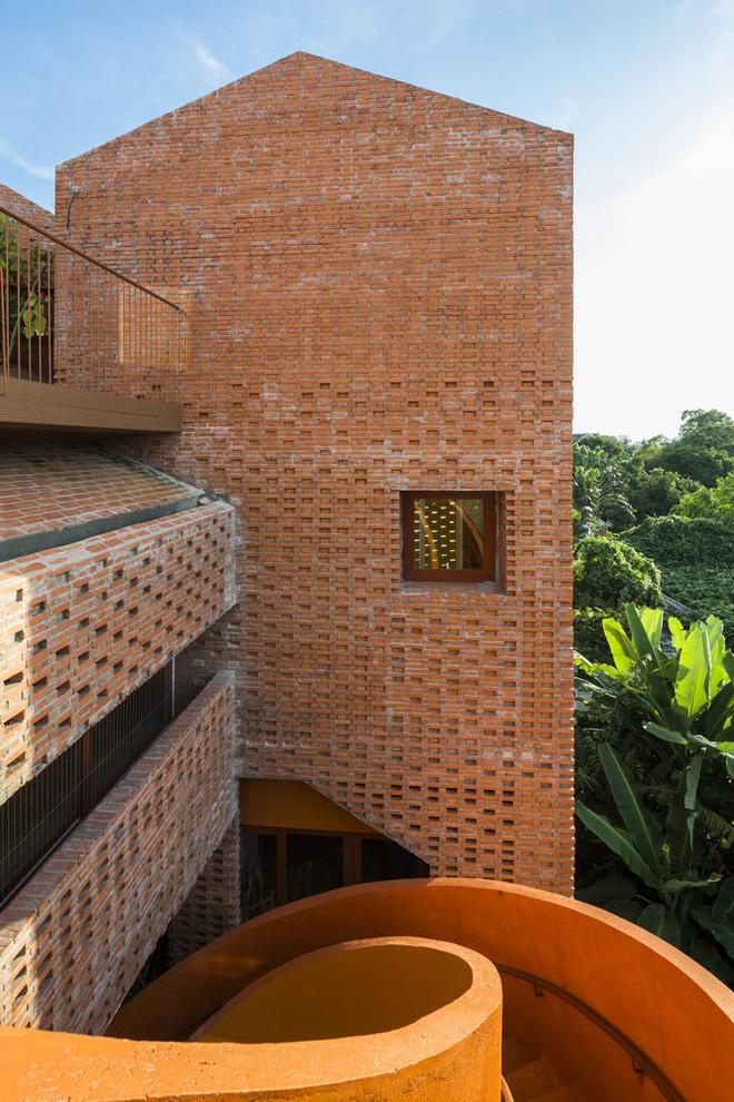 Nhìn bên ngoài là bức tường gạch trần trụi nhưng bên trong là cả một kiệt tác kiến trúc - Ảnh 5.