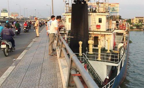 Tàu hàng nghìn tấn mắc kẹt giữa cầu Đồng Nai