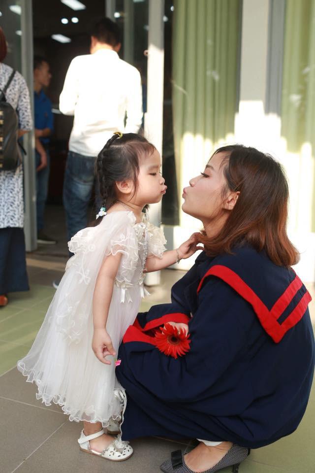 Nữ sinh Bách Khoa nhận bằng tốt nghiệp cùng con gái 3 tuổi: Làm mẹ đơn thân, sinh con xong 1 tuần đã lại đi làm - Ảnh 4.