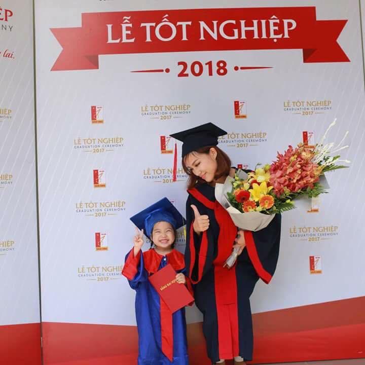 Nữ sinh Bách Khoa nhận bằng tốt nghiệp cùng con gái 3 tuổi: Làm mẹ đơn thân, sinh con xong 1 tuần đã lại đi làm - Ảnh 1.
