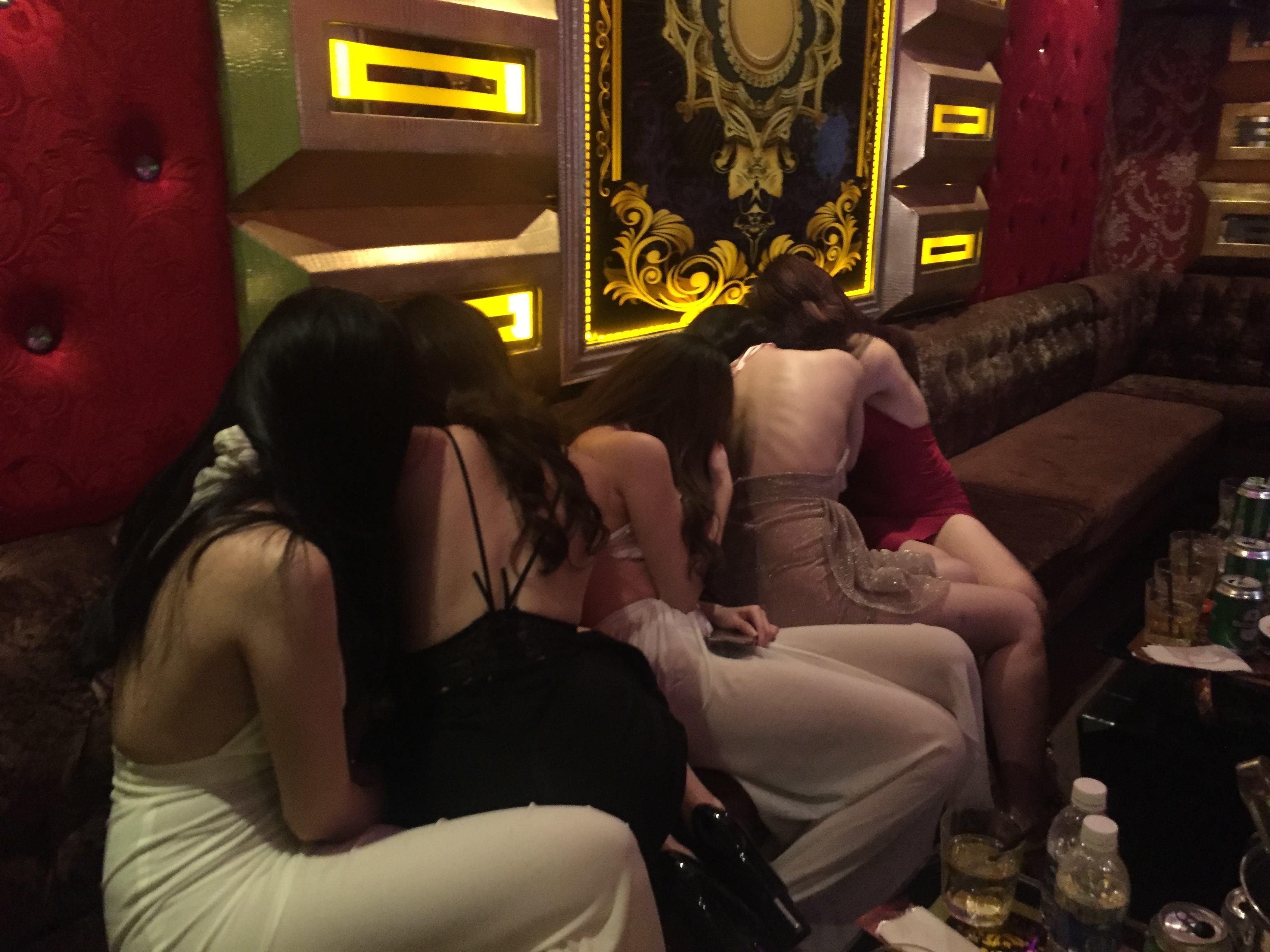 Đột kích 2 tụ điểm ăn chơi ở TP.HCM, phát hiện hàng chục nữ tiếp viên ăn mặc 'thiếu vải' đang phục vụ các quý ông