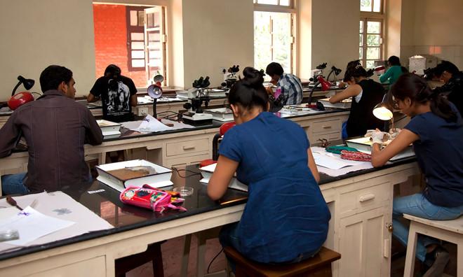 Trường Ấn Độ cắt tay áo nữ sinh để tránh gian lận thi cử